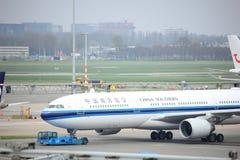 Amsterdam flygplats Schiphol Nederländerna - April 14th 2018: B-5966 China Southern Airlines Royaltyfria Foton