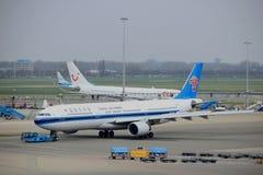 Amsterdam flygplats Schiphol Nederländerna - April 14th 2018: B-5966 China Southern Airlines Arkivfoton