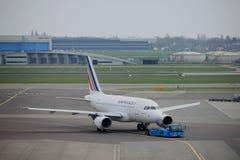 Amsterdam flygplats Schiphol Nederländerna - April 14th 2018: Flygbuss A318-100 för F-GUGR Air France Arkivfoto