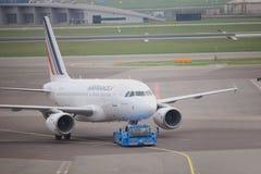 Amsterdam flygplats Schiphol Nederländerna - April 14th 2018: Flygbuss A318-100 för F-GUGR Air France Arkivfoton