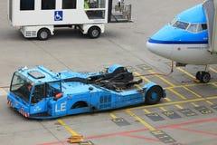 Amsterdam flygplats Schiphol Nederländerna - April 14th 2018: KLM hyvlar på porten Arkivfoto