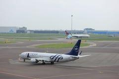 Amsterdam flygplats Schiphol Nederländerna - April 14th 2018: PH-BXO KLM på grov asfaltbeläggning Arkivfoton