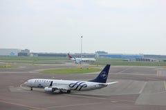 Amsterdam flygplats Schiphol Nederländerna - April 14th 2018: PH-BXO KLM på grov asfaltbeläggning Arkivfoto