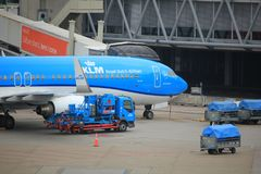 Amsterdam flygplats Schiphol Nederländerna - April 14th 2018: PH-BXT KLMBoeing 737 Royaltyfri Fotografi