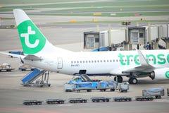 Amsterdam flygplats Schiphol Nederländerna - April 14th 2018: PH-HXI Transavia Boeing 737-800 Royaltyfri Foto