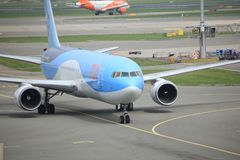 Amsterdam flygplats Schiphol Nederländerna - April 14th 2018: PH-OYI TUI Airlines Boeing 767-300 Fotografering för Bildbyråer