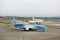 Amsterdam flygplats Schiphol Nederländerna - April 14th 2018: PH-OYI TUI Airlines Boeing 767-300 Arkivbild