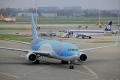 Amsterdam flygplats Schiphol Nederländerna - April 14th 2018: PH-OYI TUI Airlines Boeing 767-300 Arkivfoton