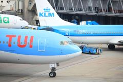 Amsterdam flygplats Schiphol Nederländerna - April 14th 2018: PH-OYI TUI Airlines Boeing 767-300 Royaltyfri Bild