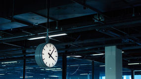 Amsterdam flygplats Schiphol Nederländerna Klockan i terminal Arkivbilder