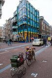 Amsterdam gata i morgonen arkivbild