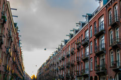 Amsterdam gata med housefronts Royaltyfri Foto