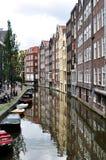Amsterdam-Gebäude und Kanal Stockbild