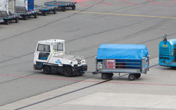 AMSTERDAM - 29 GIUGNO 2017: Gli aerei stanno caricandi a Schiphol A Immagini Stock