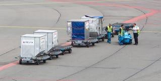 AMSTERDAM - 29 GIUGNO 2017: Gli aerei stanno caricandi a Schiphol A Fotografie Stock