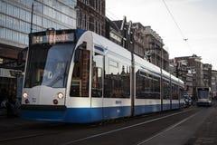 AMSTERDAM, HOLANDA - 13 DE MAYO: Viaje en tranvía el funcionamiento en el centro de ciudad entre peatones Foto de archivo