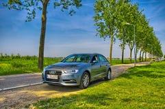 AMSTERDAM, HOLANDA - JUNIO DE 2013: Audi de plata A3 encendido Fotos de archivo