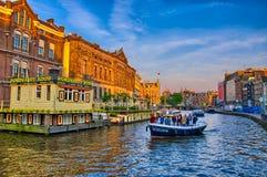 AMSTERDAM, HOLANDA - JUNIO DE 2013: Barcos en el río de Amstel el 5 de junio, Fotos de archivo