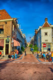 AMSTERDAM, HOLANDA - JUNIO DE 2013: Calle con las casas el 5 de junio, 201 Fotografía de archivo libre de regalías