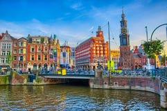 AMSTERDAM, HOLANDA - JUNIO DE 2013: Río de Amstel con la casa hermosa Imagen de archivo