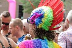 Amsterdam, holandie †'Sierpień 5, 2017 - Homoseksualny festiwal, facet z tęczy mohawk = Obrazy Stock