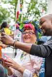 Amsterdam, holandie †'Sierpień 5, 2017 Selfie z damą - Homoseksualny festiwal - Fotografia Stock