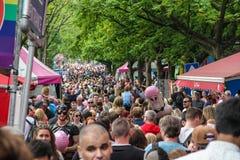 Amsterdam, holandie †'Sierpień 5, 2017 tłum ludzie na stret - Homoseksualny festiwal - Obraz Stock
