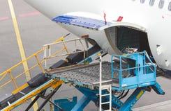 AMSTERDAM, holandie - CZERWIEC 29, 2017: Ładowniczy bagaż w airpl Fotografia Stock