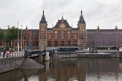 AMSTERDAM, holandie - CZERWIEC 25, 2017: Amsterdam Centraal staci budynek Zdjęcie Stock