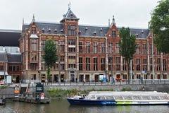 AMSTERDAM, holandie - CZERWIEC 25, 2017: Część Amsterdam Centraal staci budynek Fotografia Stock