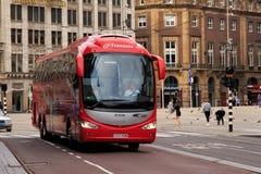 AMSTERDAM, holandie - CZERWIEC 25, 2017: Czerwony turystyczny autobus Irizar na Grobelnym kwadracie w dziejowym centrum Amsterdam Fotografia Stock