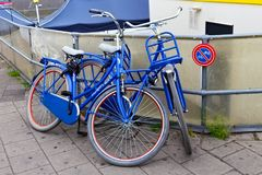 AMSTERDAM, holandie - CZERWIEC 25, 2017: Dwa błękitnego bicyklu w Amsterdam blisko prohibicja znaka Zdjęcia Royalty Free