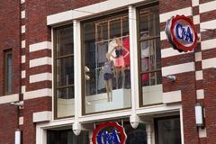 AMSTERDAM, holandie - CZERWIEC 25, 2017: Modni mannequins w sklepowym okno jeden sklepy Zdjęcie Stock