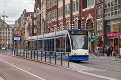 AMSTERDAM, holandie - CZERWIEC 25, 2017: Siemens Combino tramwaj dalej Obraz Stock