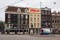 AMSTERDAM, holandie - CZERWIEC 25, 2017: Starzy budynki na Prins Hendrikkade ulicie blisko Amsterdam Centraal staci Zdjęcia Stock