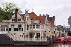 AMSTERDAM, holandie - CZERWIEC 25, 2017: Turystyczny ewidencyjny biuro Loetje blisko Amsterdam Centraal staci i restauracja Zdjęcie Stock