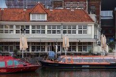 AMSTERDAM, holandie - CZERWIEC 25, 2017: Turystyczny ewidencyjny biuro Loetje blisko Amsterdam Centraal staci i restauracja Obraz Royalty Free