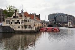 AMSTERDAM, holandie - CZERWIEC 25, 2017: Turystyczny ewidencyjny biuro Loetje blisko Amsterdam Centraal staci i restauracja Obraz Stock