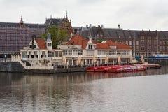 AMSTERDAM, holandie - CZERWIEC 25, 2017: Turystyczny ewidencyjny biuro Loetje blisko Amsterdam Centraal staci i restauracja Fotografia Stock