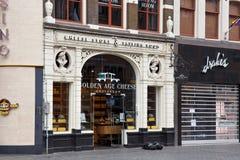 AMSTERDAM, holandie - CZERWIEC 25, 2017: Wejście Złotego wieka Serowy sklep na Damrak ulicie w centrum Amsterdam Obrazy Royalty Free