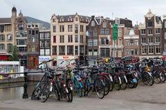 AMSTERDAM, holandie - CZERWIEC 25, 2017: Widok starzy dziejowi budynki na Damrak ulicie w Amsterdam Zdjęcie Royalty Free