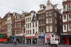 AMSTERDAM, holandie - CZERWIEC 25, 2017: Widok starzy dziejowi budynki na Damrak ulicie w Amsterdam Obraz Royalty Free
