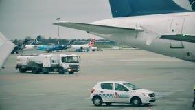 AMSTERDAM, holandie - GRUDZIEŃ 25, 2017 Lotniskowa uzupełnienie ciężarówka przy Schiphol lotniskiem międzynarodowym zdjęcie wideo
