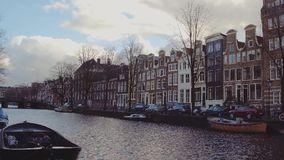 AMSTERDAM holandie - GRUDZIEŃ 25, 2017 Miasto kanałowy bulwar i Holenderskie dom fasady Fotografia Stock