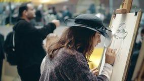 AMSTERDAM, holandie - GRUDZIEŃ 26, 2017 Piękna młoda kobieta rysuje jaźń portret Amatorski sztuka konkurs Zdjęcia Stock
