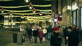 AMSTERDAM holandie - GRUDZIEŃ 25, 2017 Zatłoczona ulica w centrum miasta na wigilii zdjęcia royalty free