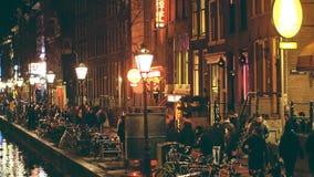 AMSTERDAM, holandie - GRUDZIEŃ 27, 2017 Zatłoczony kanałowy bulwar czerwone światło gromadzki De Wallen Zdjęcia Stock