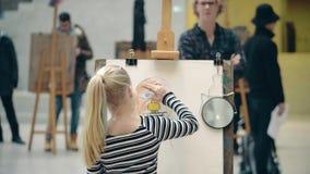 AMSTERDAM, holandie - GRUDZIEŃ 26, 2017 Dziewczyna rysuje jej mamy ` s portret Obraz Royalty Free