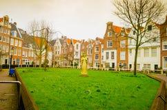 AMSTERDAM, holandie, KWIECIEŃ, 23 2018: Plenerowy widok Begijnhof jest jeden starzy wewnętrzni sądy w mieście Fotografia Royalty Free