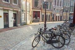 AMSTERDAM, holandie - KWIECIEŃ 22: Wąska droga przemian na Kwietniu 22, Obrazy Stock